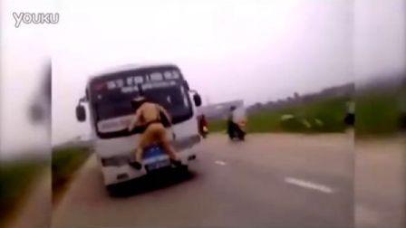 暴強越交警奋身拦巴士