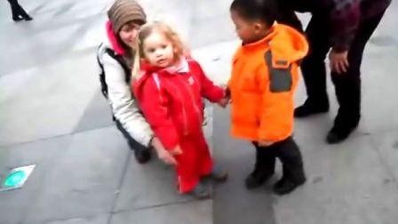 杭州西湖中国小男孩牵德国小女孩的手