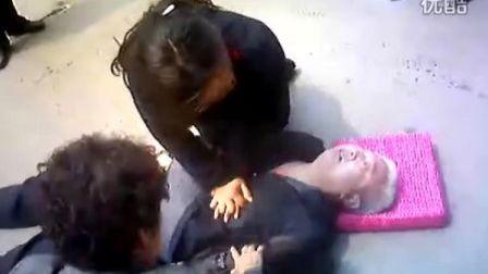 [拍客]鹰城最美女医生抢救摔倒老人