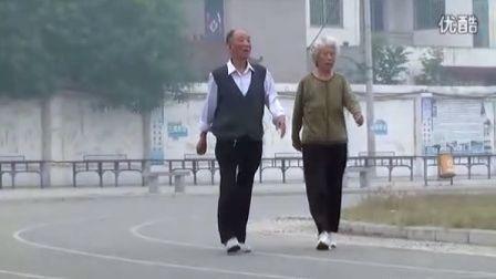 [拍客]白发老夫妻沐浴晨雾火拼暴走