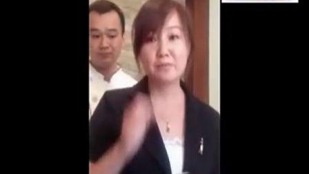 济南某餐厅女服务员被逼现场吃苍蝇
