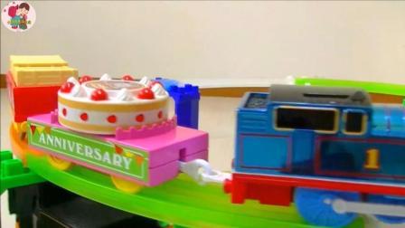 组装托马斯火轨道, 托马斯火车运输蛋糕, 小臭臭亲子游戏