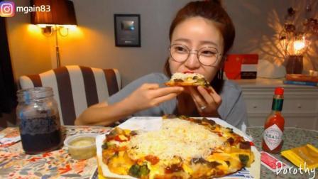 韩国萌妹子吃货, 吃奶酪牛肉披萨, 配上可乐, 吃的太过瘾了