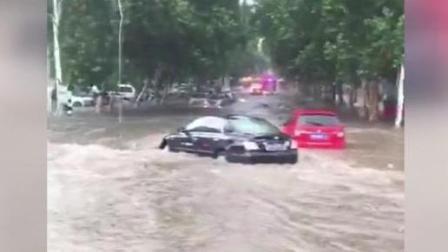 暴雨袭击焦作电动车满城漂 交警守窨井