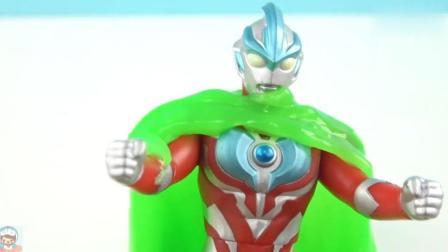 《玩具益趣园》奥特曼被绿色果冻包围住了