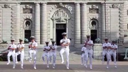 【猴姆独家】制服控有福利了!美国海军军官学校USNA集体恶搞翻拍鸟叔PSY神曲《江南Style》走红