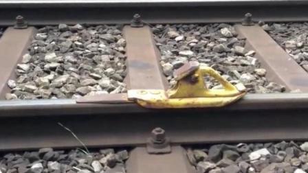 国外铁轨上摆个这东西是干啥的? 火车来了我才明白!