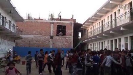 【拍客】村民霸占校园盖楼房校方无奈