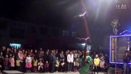 【拍客】胖女头顶3条板凳跳舞