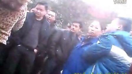 娄底石井班车太嚣张,殴打桥头河班车服务员,5岁小女孩无辜被砸!