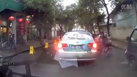 天津出租车等红灯,乘客下车,开车门时撞倒骑车人, 扬长而去,乘客被撞者去追出租车慌忙逃走。