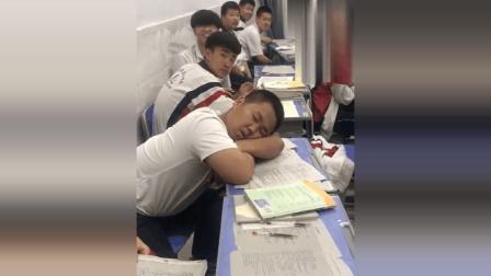 中学生上课睡觉, 被全班同学用温柔的方式叫醒