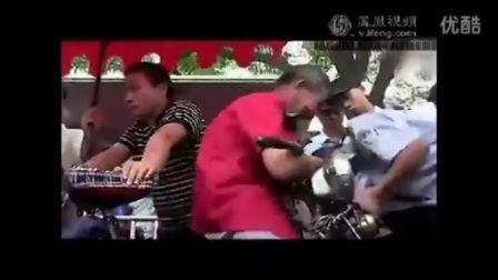 激起民愤85岁老人三轮车电瓶被城管没收无奈下跪,喊毛主席万岁!