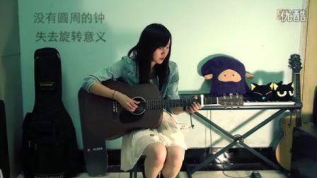 [拍客]超好听!大二女生Richael吉他弹唱《爱你没差》