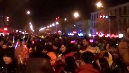 【拍客】实拍元宵夜数万人挤爆街道看花灯震撼现场