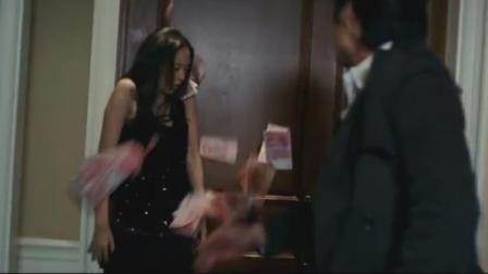 目睹女友劈腿,小伙愤怒砸钱!女友:我喝多了,闹着玩而已!