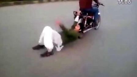 """巴基斯坦摩托车街道""""杂耍"""" 动作危险 请勿模仿"""