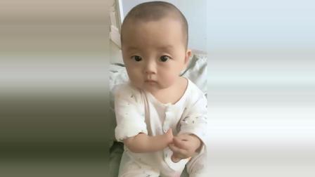 宝宝看着自己没有了右手, 接下来宝宝的样子让人看了好心疼!