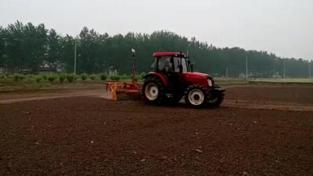 国产1504拖拉机带进口激光平地机, 农田平整看起来很舒服