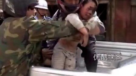 [拍客] 母亲舍身护子被掩废墟 官兵手刨救出
