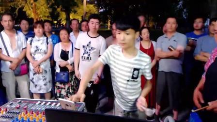 流浪歌手王亮街头翻唱一首经典老歌《九九女儿红》唱的真心好听!