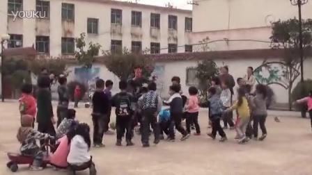 【拍客】萌宝持沙包爆砸老师引围观