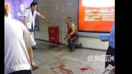两拾荒者因塑料瓶起争执挥刀相向 血染全身 高清