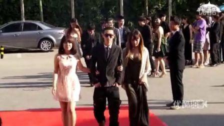 【拍客】实拍中国传媒大学帅哥美女毕业红毯秀