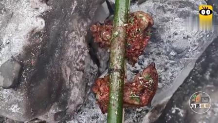 这才是真正的烤猪蹄, 农村小哥的自制做法, 看饿了