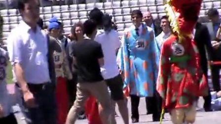 卡卡中国行2013.07.02中午卡卡在鸟巢外场玩蹴鞠实拍视频