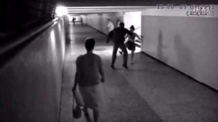 【时光小可爱】监控实拍一女孩勇斗抢手机贼并将其击倒全过程