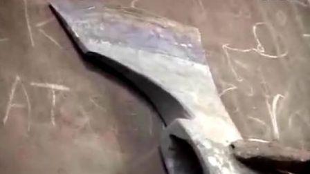 瑞典的传统斧头制作和用斧头建设小木屋