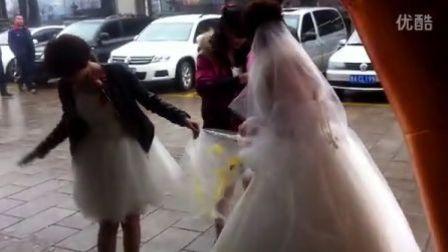 超级恶俗的婚礼砸鸡蛋