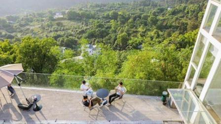 三个男朋友, 在悬崖边造了个民宿, 把店员变成了老板娘!