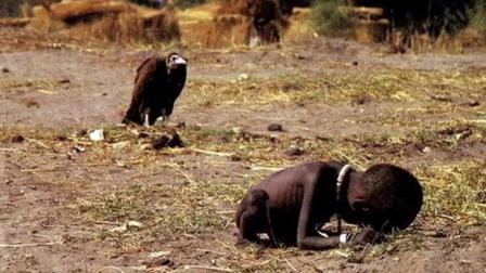 他用这张照片拯救该国 因舆论指责选择自杀!