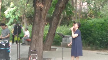 气质大姐公园献唱《芳华》片尾曲《绒花》 非常好听