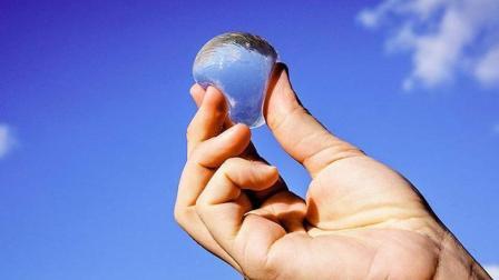 """""""吃""""水的时代来了? 大学生发明能吃的固体水球, 不再用塑料瓶!"""