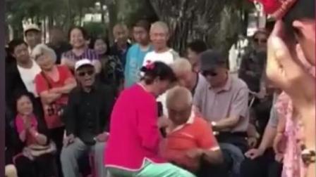 吉林临江游园现低俗不雅二人转老妇低俗表演