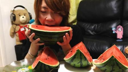 日本大胃王耳机小哥, 吃一个大西瓜, 水分很足, 吃的太过瘾了
