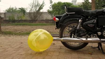 小伙给摩托车排气管套上气球, 炸裂那一刻声音大到吓人!