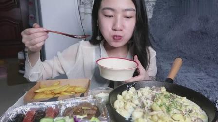 中国吃播, 美女自制奶油培根意面, 牛排德式香肠和薯角!