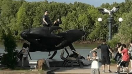 中国游客泰国爬雕塑拍照 当?#21350;?#28155;中文警示牌