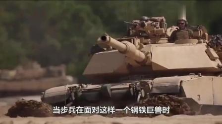 士兵明知道打不穿坦克, 为什么还要对着它扫射? 原来另有目的!