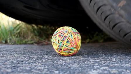 把橡皮筋球放到车轮下会怎样? 它能挡住汽车的碾压吗? 太厉害了!