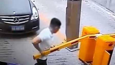 掌闻视讯 停车杆一周内多次被折断 监控还原男子作案经过