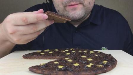 国外圈脸胡大叔, 吃巧克力披萨, 都这么胖了还吃这么多高热量的