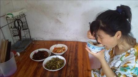 农村媳妇吃播视频 吃午饭了 西红柿炒鸡蛋+酸辣空心菜梗