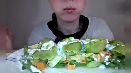 吃播美食: 外国大胃王美女吃各种蔬菜拌沙拉酱和芝士, 好吃还不腻!