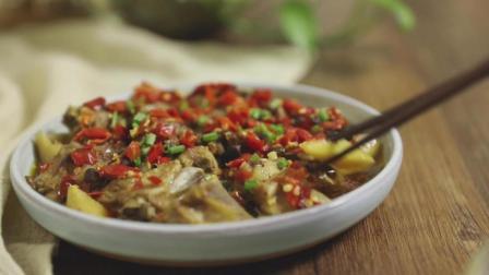 排骨最简单的做法, 放上多多的剁椒, 只需要在锅里蒸一下, 一碗米饭都不够