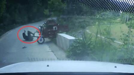 三轮倒车失控坠入河沟 男子及时跳车躲过一劫